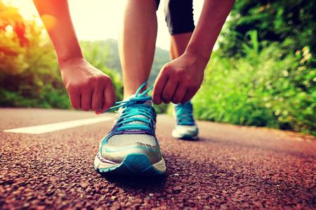 junge Frau Läufer Binden der Schuhe Standard-Bild