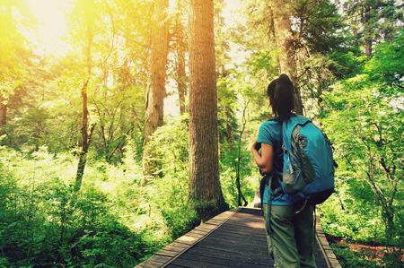 femme touriste dans le parc national de jiuzhaigou, Chine