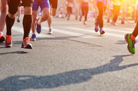 Maraton rasy, ludzie nogi na drodze miasta