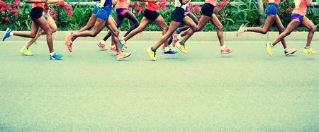 corriendo: Maratón de carrera a pie, la gente los pies en el camino de ciudad