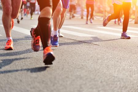 Marathon course à pied, les gens les pieds sur la route de la ville Banque d'images