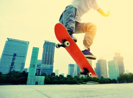 skateboarder skateboarding op stad
