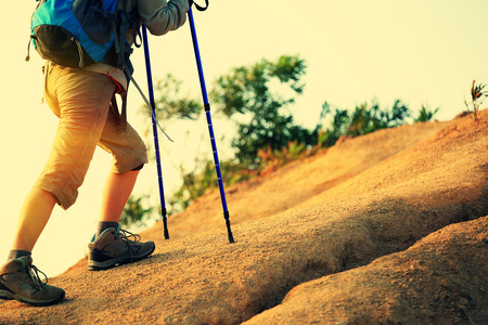 jeunes jambes femme de canaux fonctionnant sur sentier de montagne
