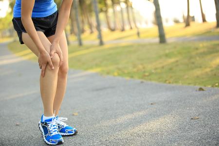 Corredor de la mujer ha lesionado la rodilla Foto de archivo