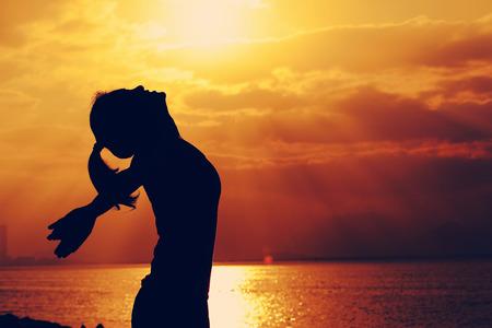 Frau offenen Armen unter den Sonnenaufgang auf dem Meer Standard-Bild - 50335882