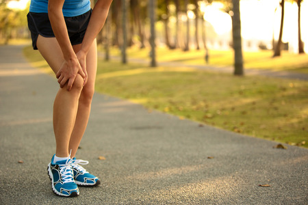 knee: oman runner sports injured leg Stock Photo