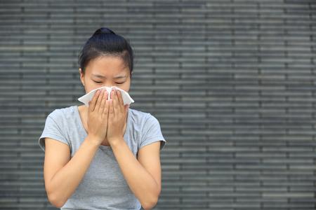 estornudo: tos mujer estornudo nariz al aire libre