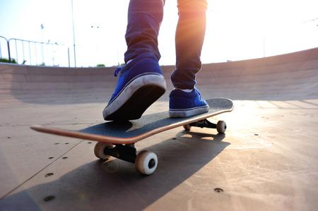 skateboarding legs at skatepark 免版税图像