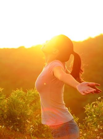 animando los brazos abiertos mujer en el pico de la montaña la salida del sol