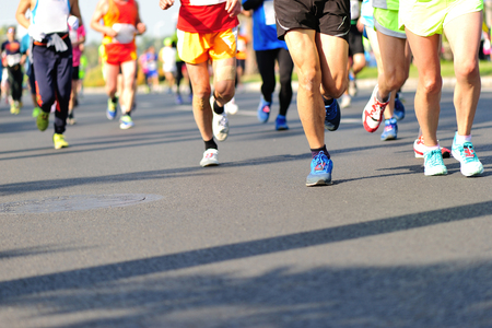 Unidentified marathon atleten benen lopen op stadsweg Stockfoto