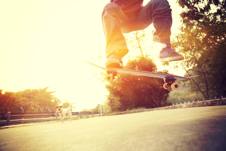 jonge skateboarder skateboarding outdoor