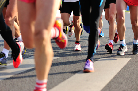 crossing legs: Marathon running race