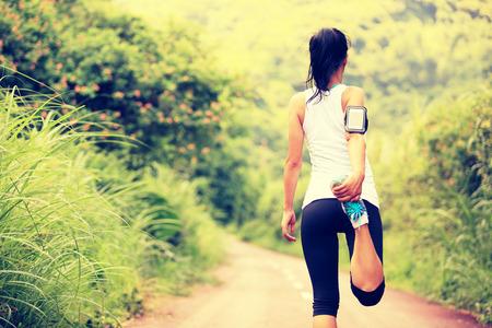 estiramiento: Corredor de la mujer caliente al aire libre