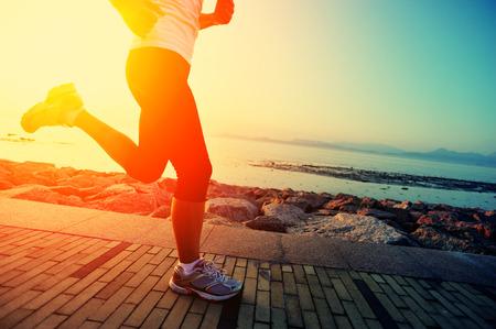 Runner atleet draait op zee. vrouw fitness silhouet zonsopgang jogging workout wellness-concept.