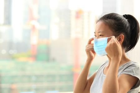 Aziatische vrouw slijtage gezichtsmasker in de stad Stockfoto