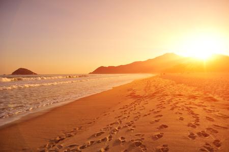Puesta de sol en la playa Foto de archivo - 50749670