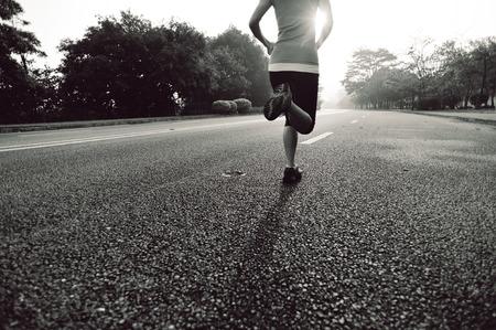 mujeres corriendo: mujer joven que se ejecutan en la carretera.