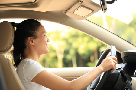 차를 운전하는 여성 드라이버