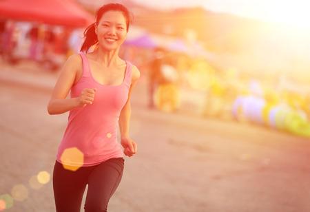 해변에서 실행 건강한 라이프 스타일 아름 다운 아시아 여자