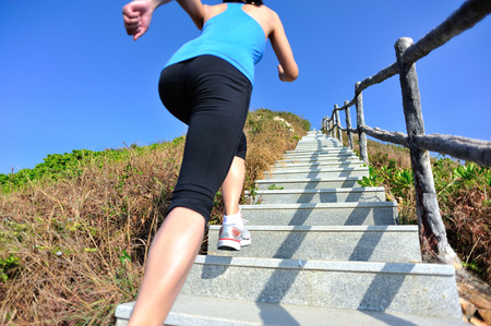 escalera: Mujer deportes de estilo de vida saludable que se ejecuta en las escaleras de montaña