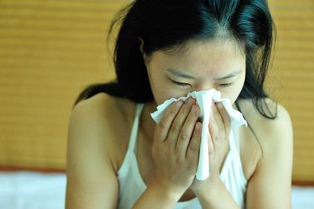 estornudo: tos mujer estornudo nariz Foto de archivo