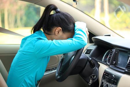 悲しい女性ドライバーの車で