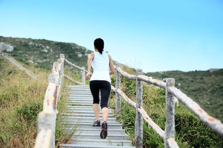 escalera: deportes mujer corriendo en las escaleras de montaña