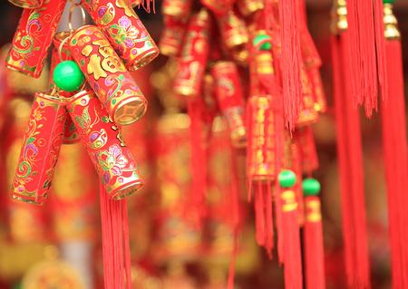 중국어 빨간 랜턴과 가짜 폭죽 : 단어가 최고의 소원과 오는 중국 새해 행운을 의미합니다.