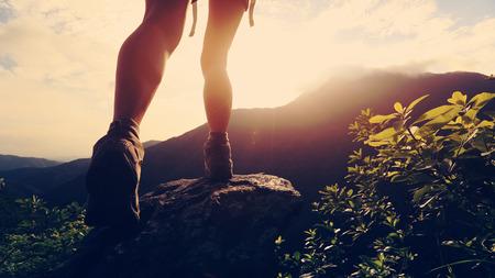 산 꼭대기에 젊은 등산객 하이킹