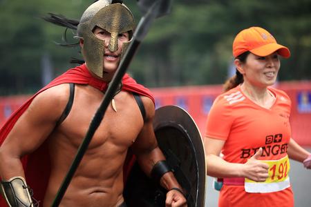 competitividad: Shenzhen, China - DICIEMBRE 7: guerrero maratón no identificado en la calle en el Maratón Internacional de Shenzhen 7 DE DICIEMBRE DE, 2014 en Shenzhen, China