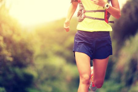 ni�as chinas: joven mujer de fitness corredor de pista se ejecuta en rastro