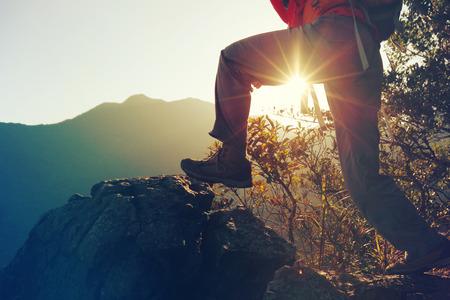 jonge vrouw wandelaar wandelen op zonsopgang bergtop