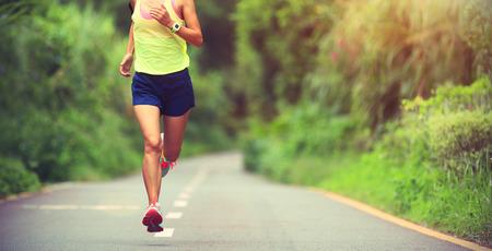 escucha activa: un joven corredor de la mujer de la aptitud correr al aire libre