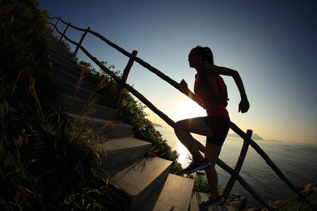 フィットネス: 山の階段を駆け上がり若いフィットネス女性トレイル ランナー