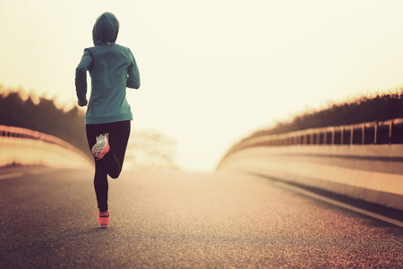 and athlete: joven atleta corredor de la mujer de la aptitud se ejecuta en la carretera
