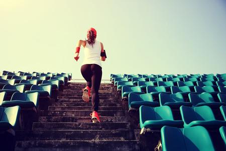 계단에서 실행 러너 선수. 여성 피트니스 조깅 운동 웰빙 개념입니다.