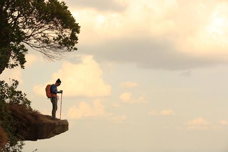 ser humano: excursiones mujer joven excursionista en el acantilado cima de la montaña