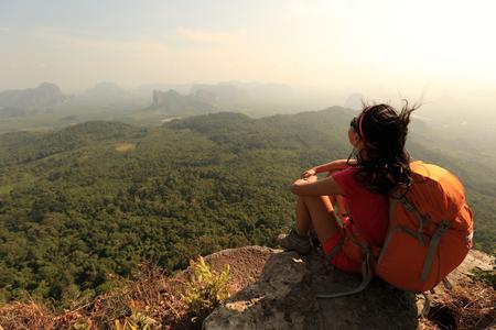 randonneuse réussie profiter de la vue sur le sommet de la montagne