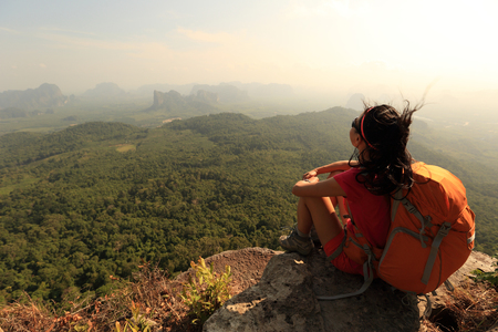 successo donna escursionista godere la vista sulla cima della montagna