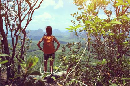 ser humano: mujer asiática joven disfrutar de la vista al pico de la montaña Foto de archivo