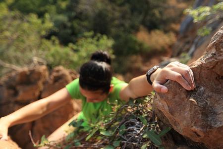 Młoda kobieta rock arywista wspinaczka na klifie górskim