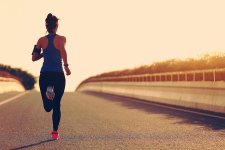 joven atleta corredor de la mujer de la aptitud se ejecuta en la carretera