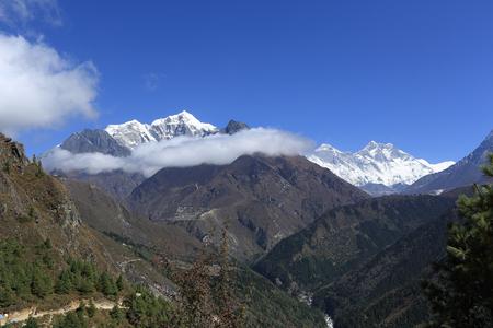 hospedaje: beautiful mountain landscape on the way to everest base camp. sagarmatha national park. nepal