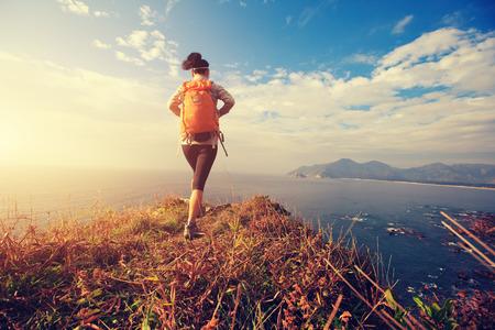 succesvolle wandelaar lopen op zee bergtop