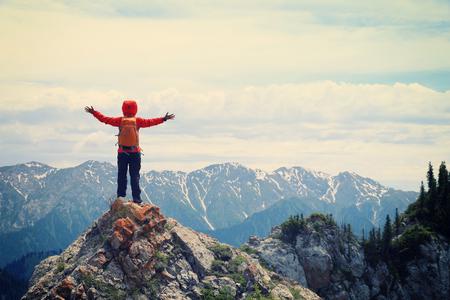 XIto senderismo Mochileros de mujer en el pico acantilado de la montaña Foto de archivo - 71855143
