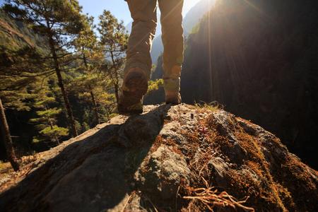 Erfolgreicher Wanderer genießen Sie den Sonnenaufgang am Himalaya Berg Standard-Bild - 80319323