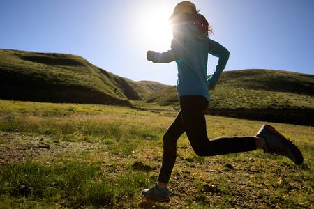 M? Oda kobieta fitness runner dzia? A na wolnym powietrzu photo