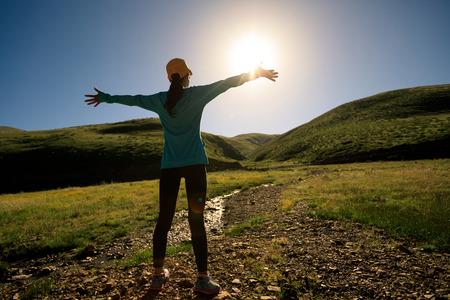 M? Oda kobieta otwarte broni w górach sunrise photo