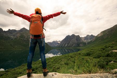 Wiwatując młodych turystów plecakiem turystyka w górach photo