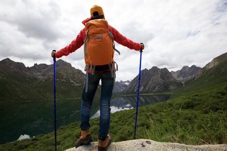 Młodych plecak kobieta turystyka w naturze photo